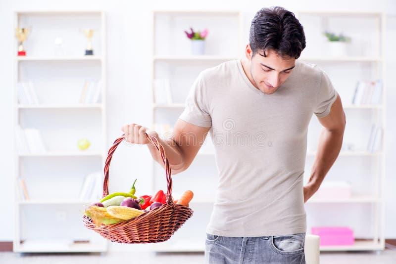 Молодой человек в здоровой есть и dieting концепции стоковое фото rf