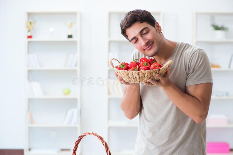 Молодой человек в здоровой есть и dieting концепции стоковые фото