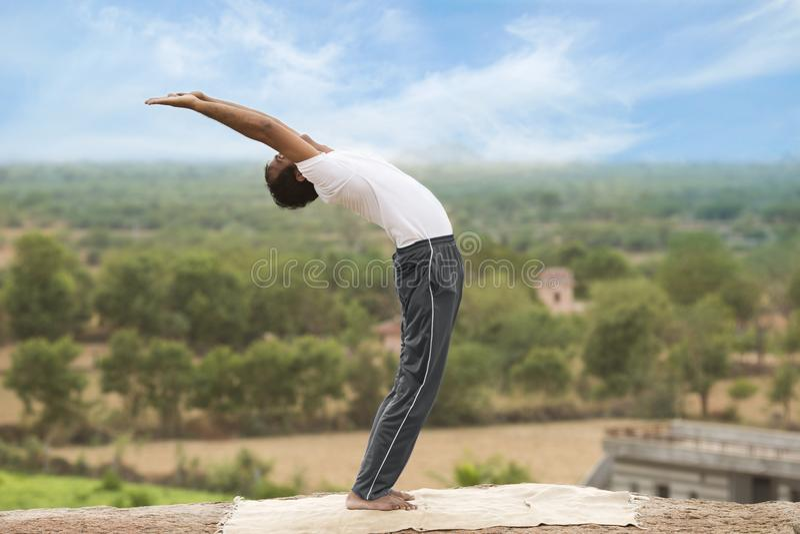 Молодой человек в представлении йоги стоковое изображение