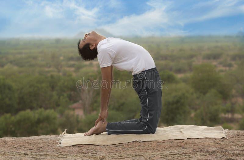 Молодой человек в представлении йоги стоковые изображения
