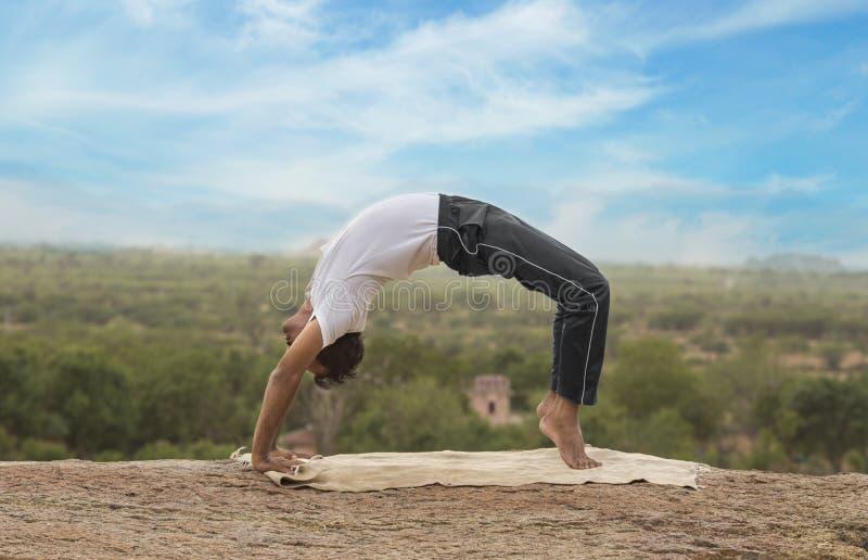 Молодой человек в представлении йоги стоковые фото