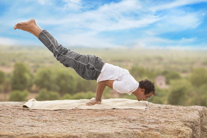Молодой человек в представлении йоги стоковое изображение rf