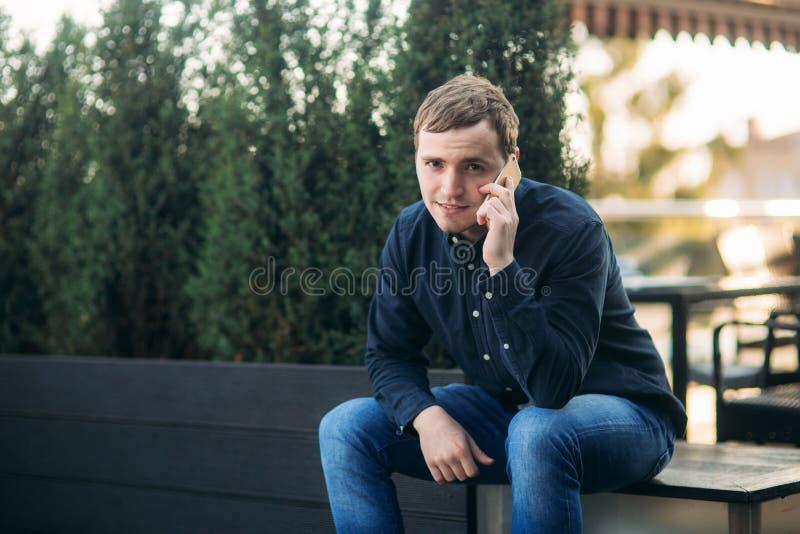Молодой человек в темном звонке рубашки кто-нибудь Красивый человек стоковые фото