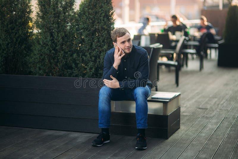 Молодой человек в темном звонке рубашки кто-нибудь Красивый человек стоковое фото
