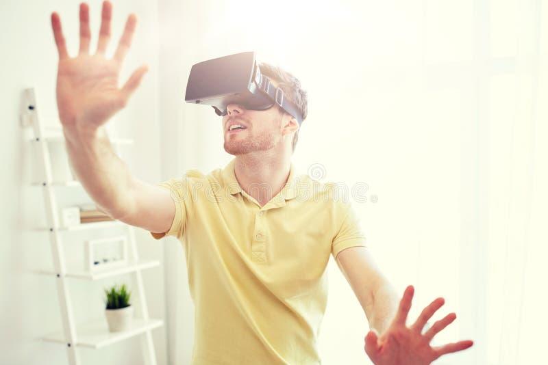 Молодой человек в шлемофоне виртуальной реальности или стеклах 3d стоковые фотографии rf