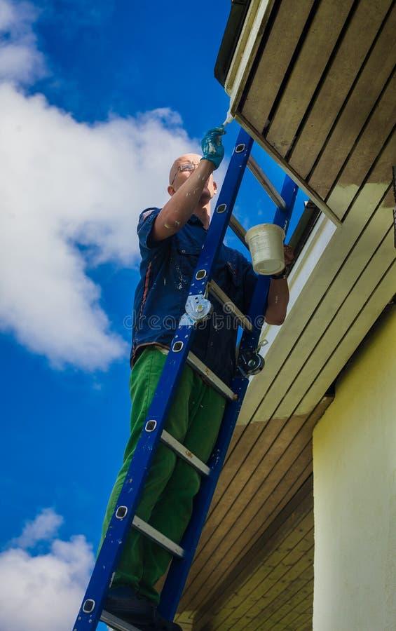 Молодой человек делая ремонты дома стоковые фотографии rf