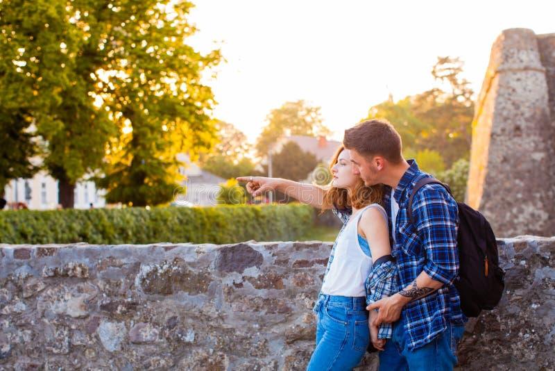 Молодой человек держа прекрасную женщину около средневекового замка стоковая фотография