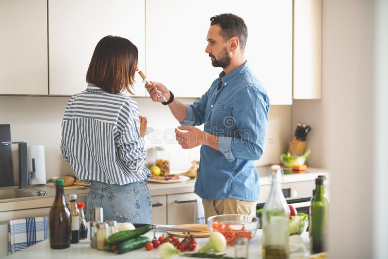 Молодой человек держа пробочку вина пока его девушка пахнуть ей стоковые изображения rf
