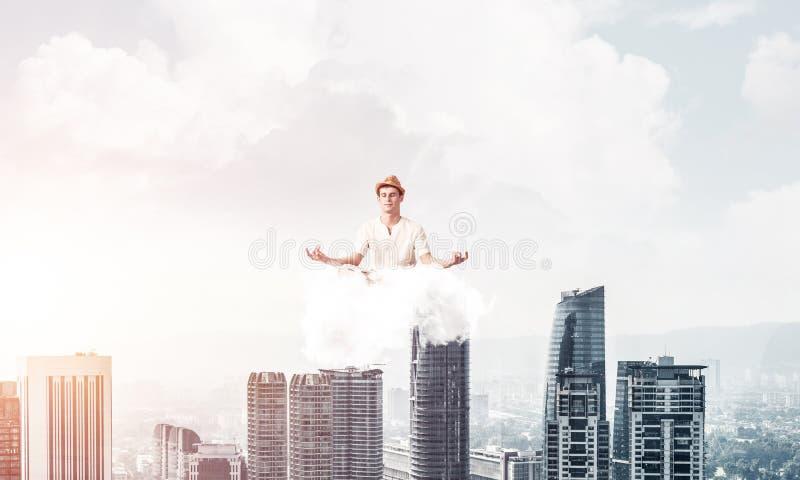 Молодой человек держа разум сознательный стоковое изображение