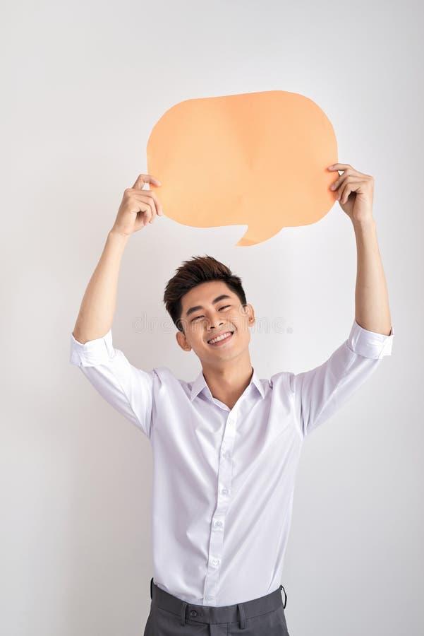 Молодой человек задерживая значок пузыря речи с copyspace стоковое фото rf