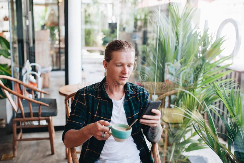 Молодой человек звоня видео- из его мобильного телефона стоковое фото