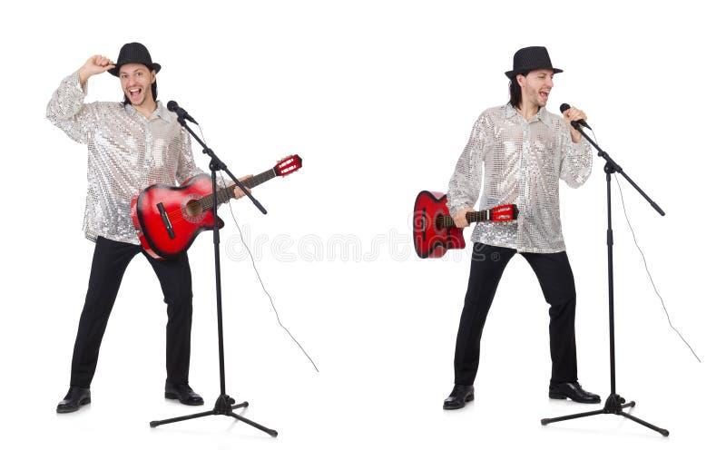 Молодой человек играя гитару и поя стоковое фото