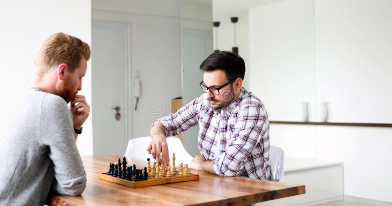 Молодой человек 2 играя шахмат стоковые фотографии rf