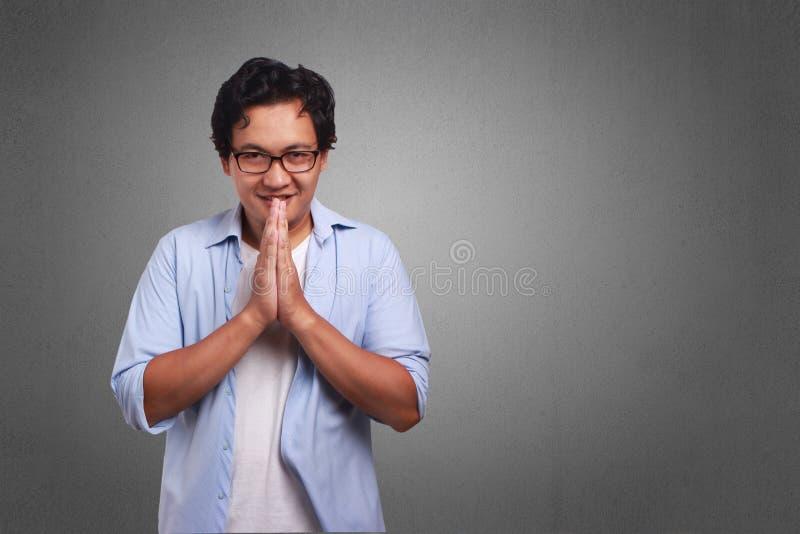 Молодой человек извиняется выражение стоковое изображение