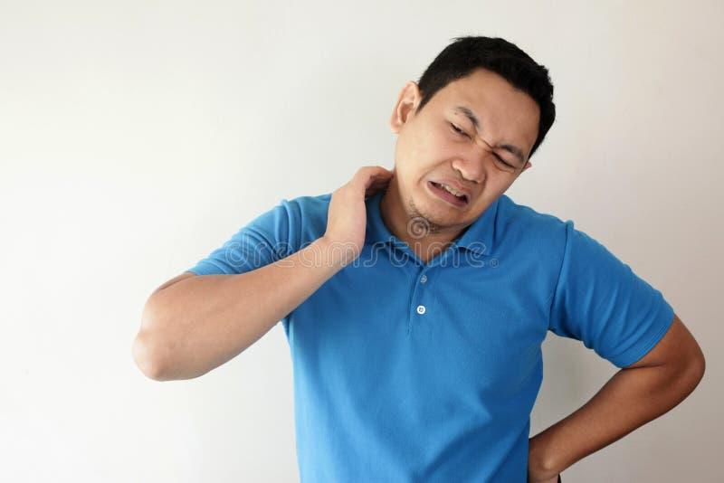 Молодой человек имея боль шеи стоковая фотография rf