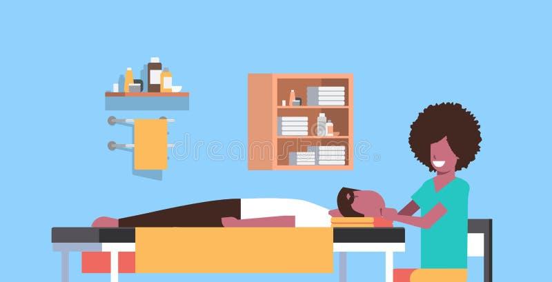 Молодой человек имея главный masseuse афроамериканца массажа массажируя лежать терпеливого парня тела ослабляя на спа таблицы рос иллюстрация штока