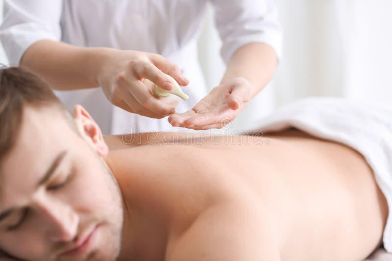 Молодой человек имея массаж стоковое изображение rf