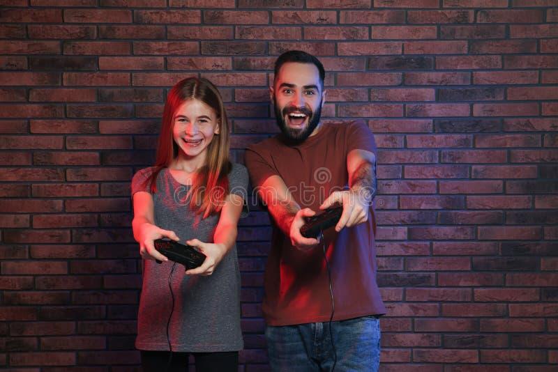 Молодой человек и девочка-подросток играя видеоигры стоковые изображения rf