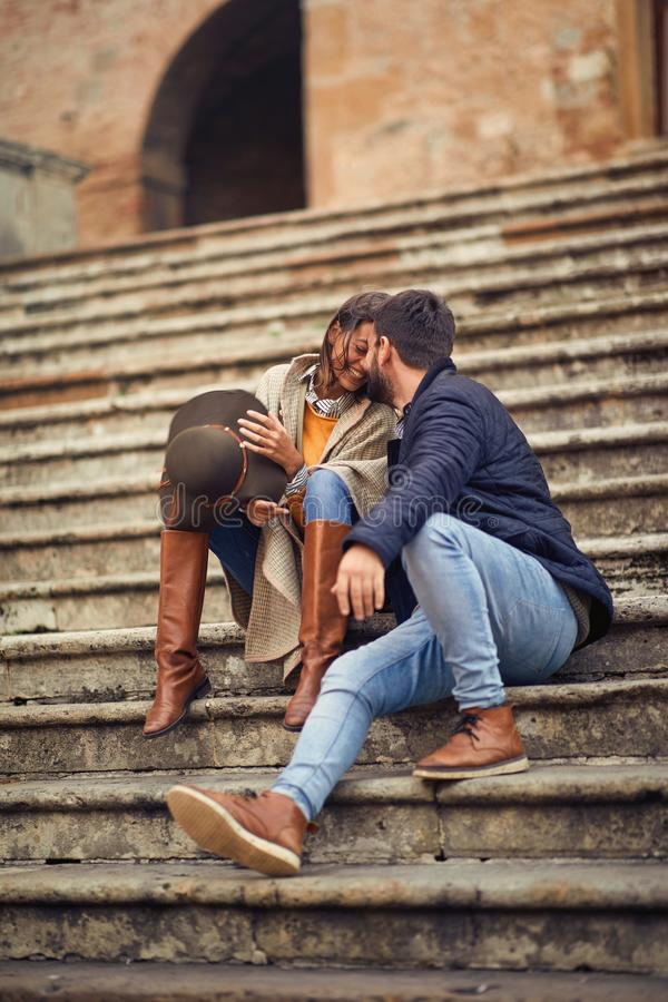Молодой человек и женщина в любов flirting пока наслаждающся в каникулах стоковые изображения