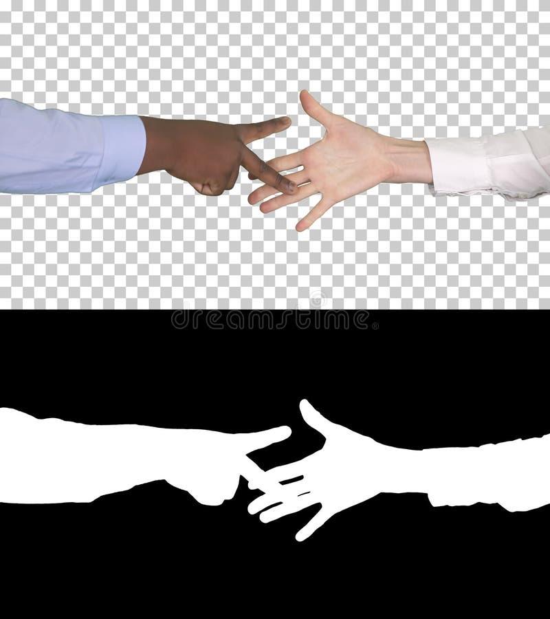 Молодой человек и женщина играют ножницы утеса бумажные, канал альфы стоковые фото