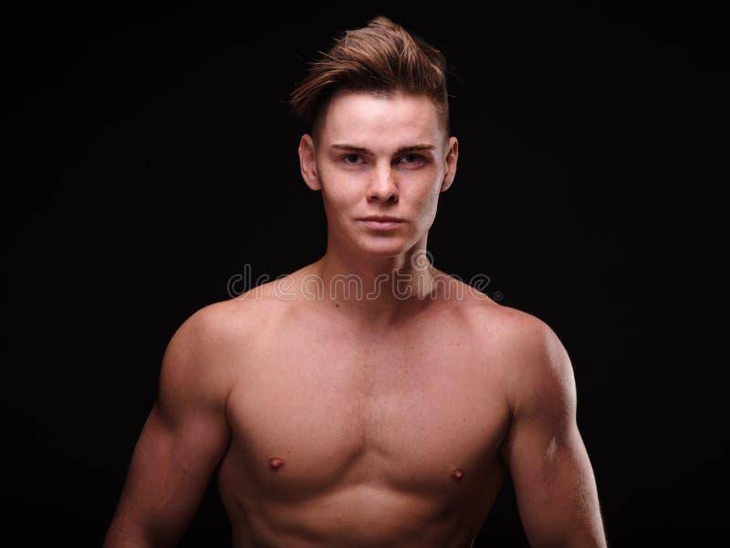 Молодой человек конца-вверх красивый на черной предпосылке Совершенная мужская модель Мужская концепция заботы кожи стоковая фотография rf