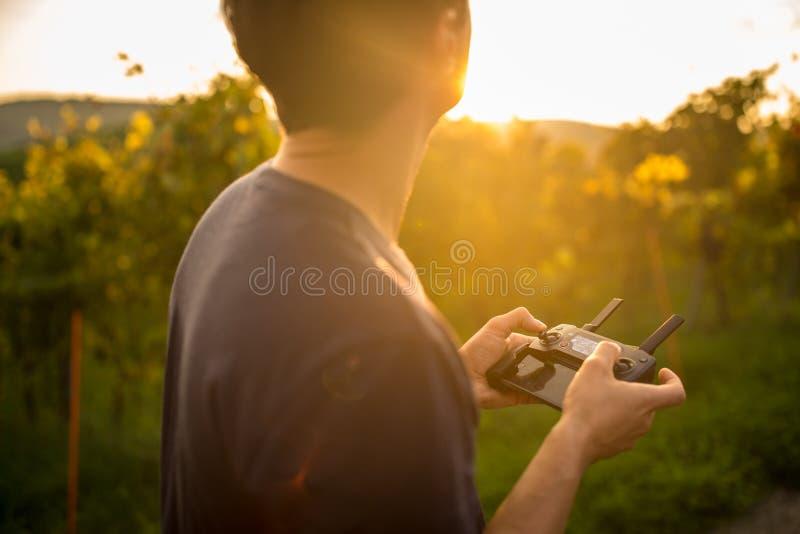 Молодой человек летая трутень стоковая фотография
