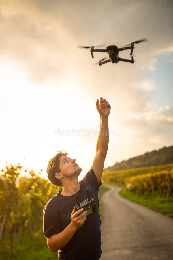Молодой человек летая трутень стоковое фото