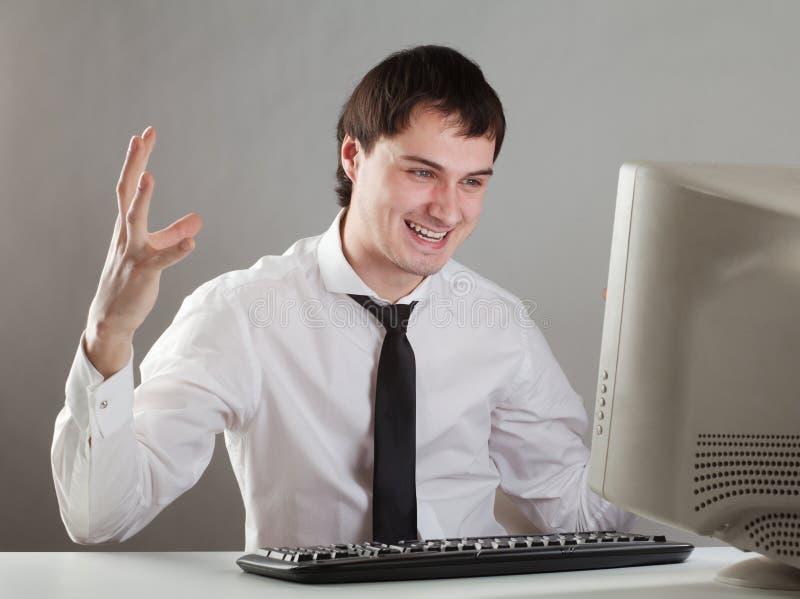 Молодой человек на компьютере стоковое изображение