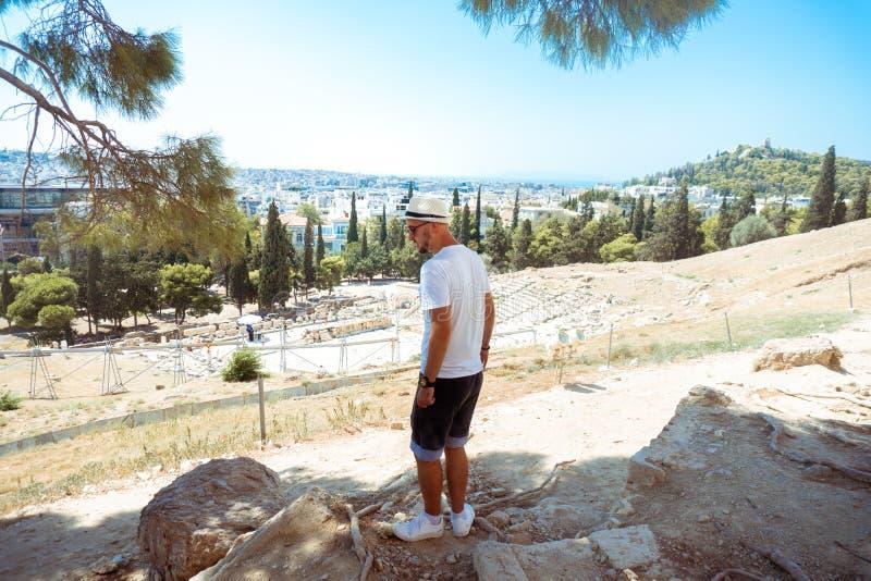 Молодой человек на музее древней греции стоковые изображения rf
