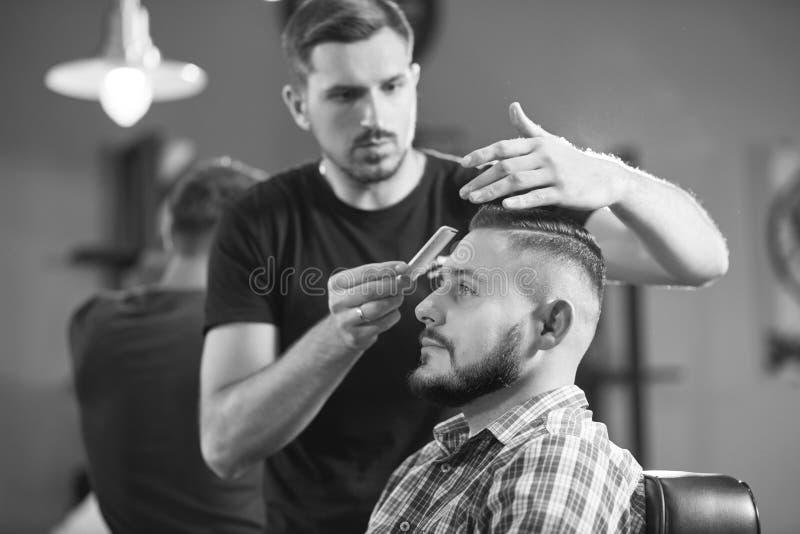 Молодой человек на парикмахерскае стоковое изображение