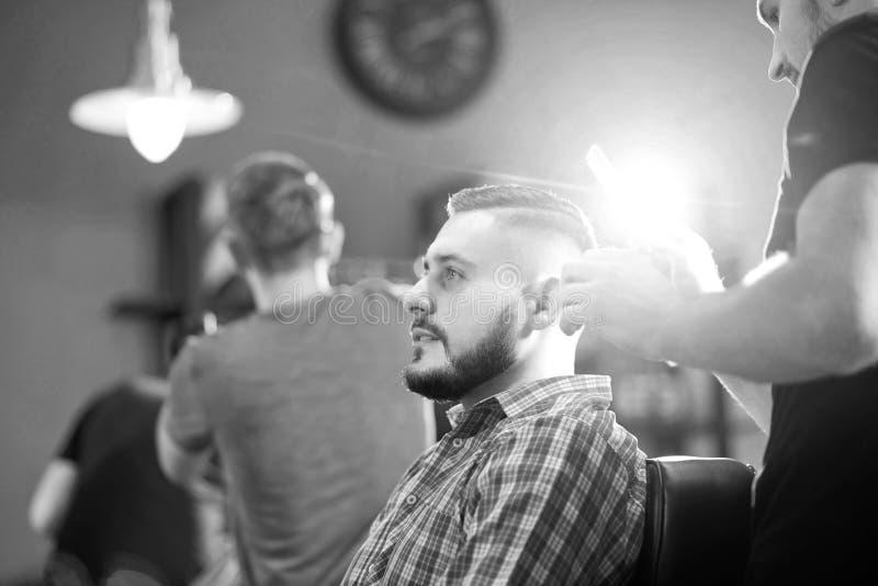 Молодой человек на парикмахерскае стоковое фото rf