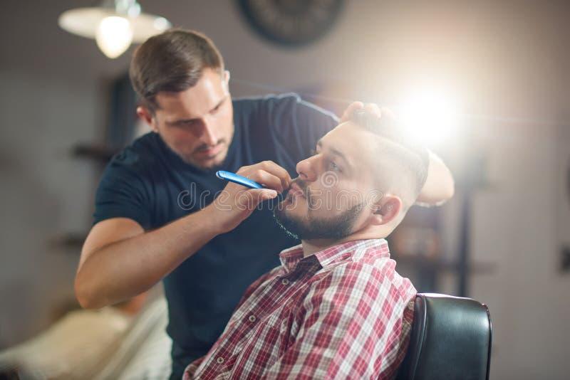 Молодой человек на парикмахерскае стоковое фото