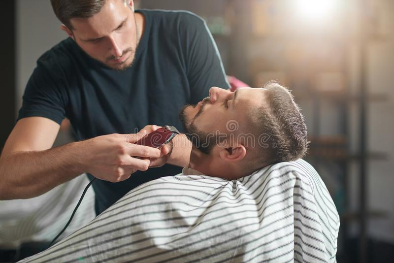 Молодой человек на парикмахерскае стоковая фотография rf