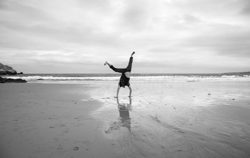 Молодой человек на пляже стоковое изображение rf