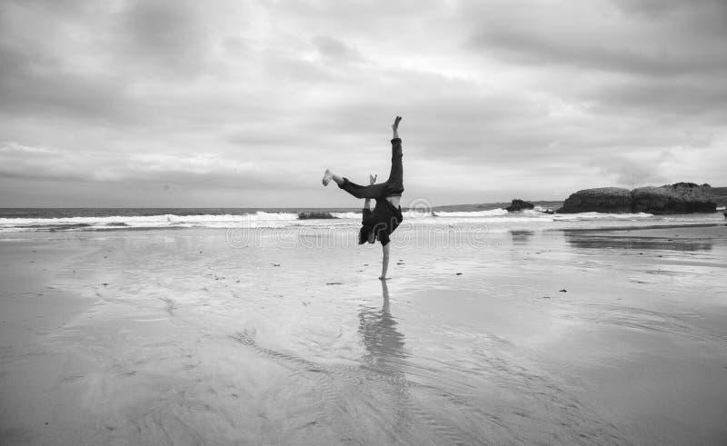 Молодой человек на пляже стоковые фотографии rf