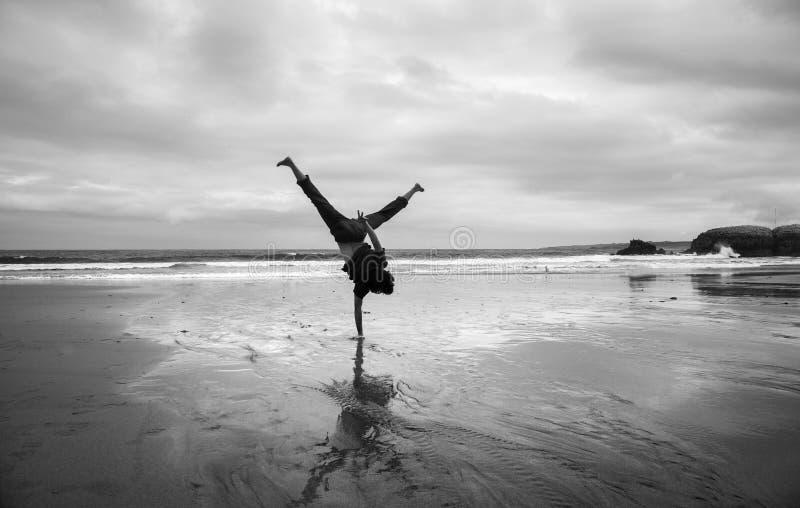 Молодой человек на пляже стоковые фото