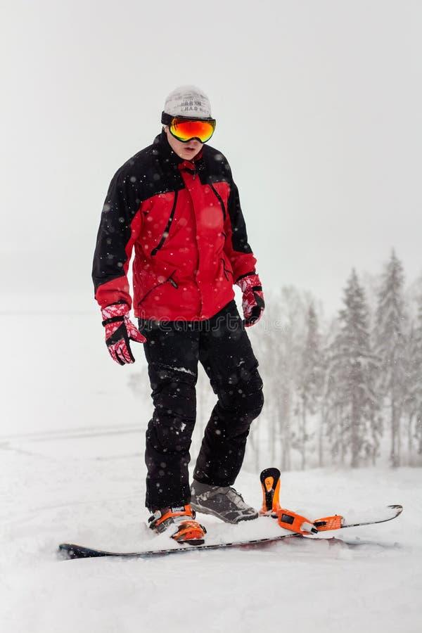 Молодой человек на сноуборде в снеге стоковые фотографии rf