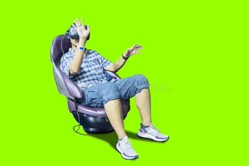 Молодой человек нося стекла VR на студии стоковая фотография