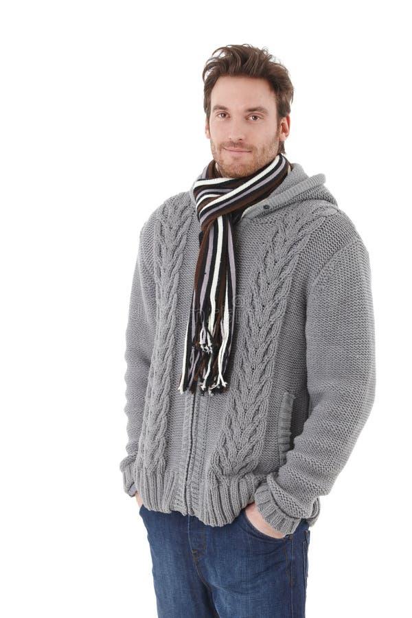 Молодой человек одетьнный вверх по теплый усмехаться стоковые фото