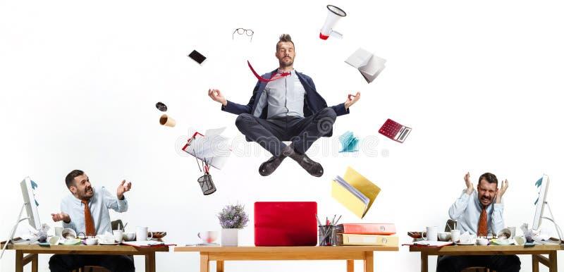 Молодой человек офиса, творческий коллаж о проблемах современной работы стоковое фото