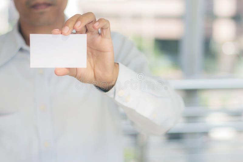 Молодой человек показывает карточку стоковая фотография rf