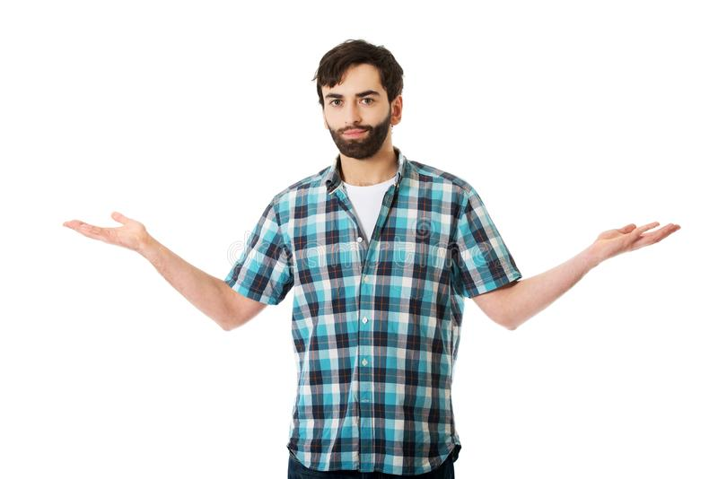 Молодой человек показывая что-то в руках стоковая фотография rf