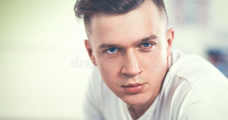 Молодой человек портрета моды студии, изолированный на черной предпосылке стоковые изображения rf
