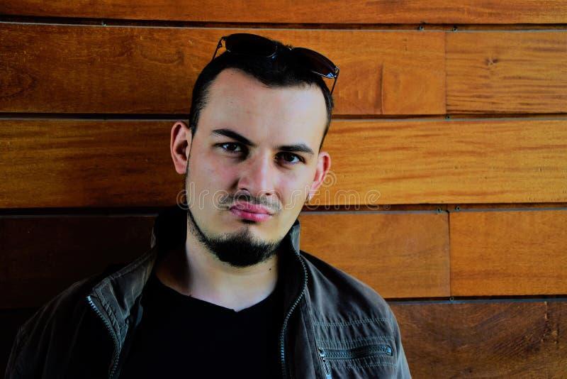 Молодой человек при борода смотря на камере стоковое фото rf