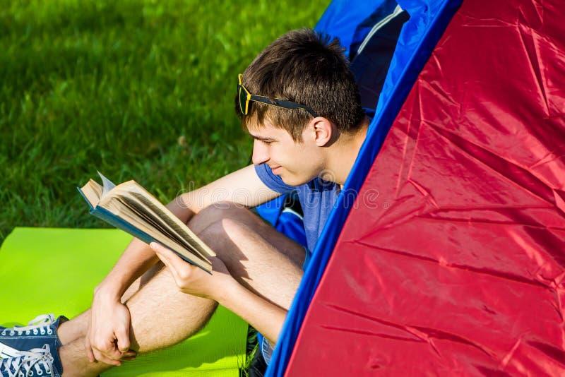 Молодой человек прочитал книгу стоковые фото