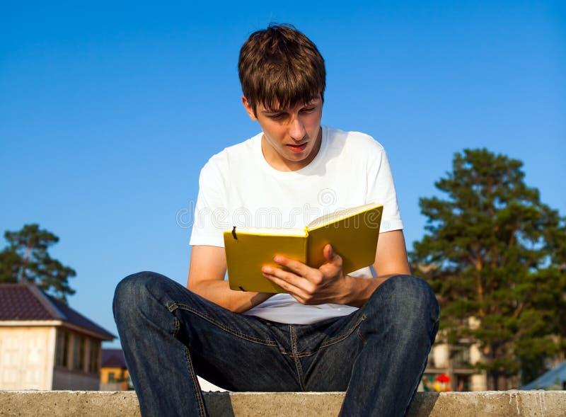 Молодой человек прочитал книгу стоковое изображение