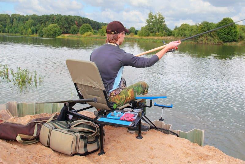 Молодой человек рыболовства стоковое изображение rf