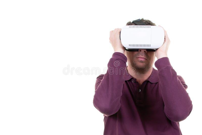 Молодой человек со шлемофоном vr на белой предпосылке стоковое фото rf