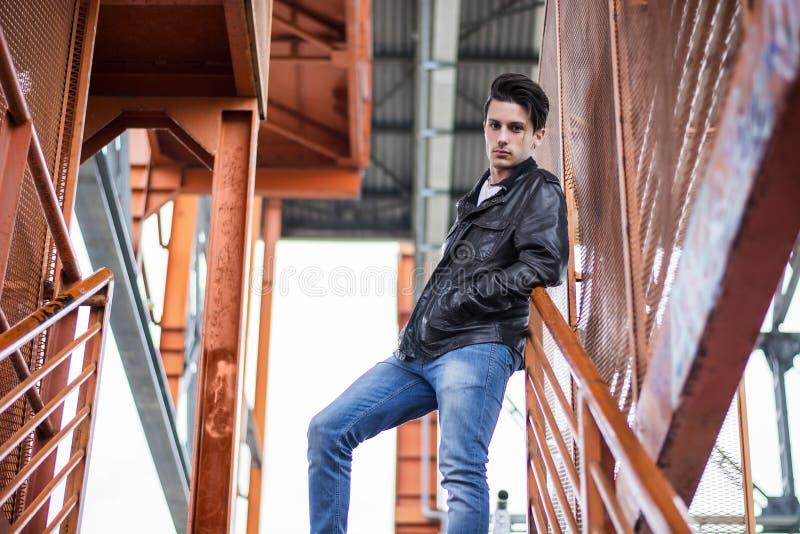 Молодой человек стоя outdoors в городских условиях стоковая фотография rf