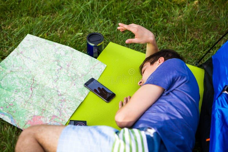 Молодой человек с картой стоковое фото